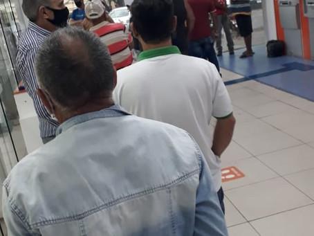 Aglomeração em agência bancária em Cianorte. Cadê a fiscalização da Prefeitura?