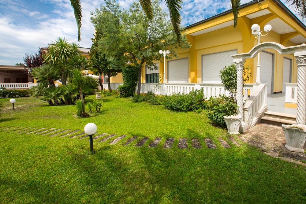 giardino esterno hotel sole di pugli
