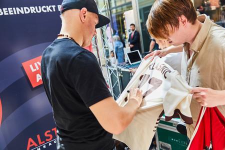Ivan Klasnic mit Fan , Autogrammstunde.j