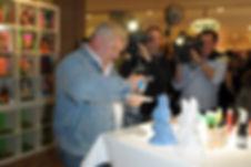 Heinz Hoenig gestaltet seinen Osterhasen