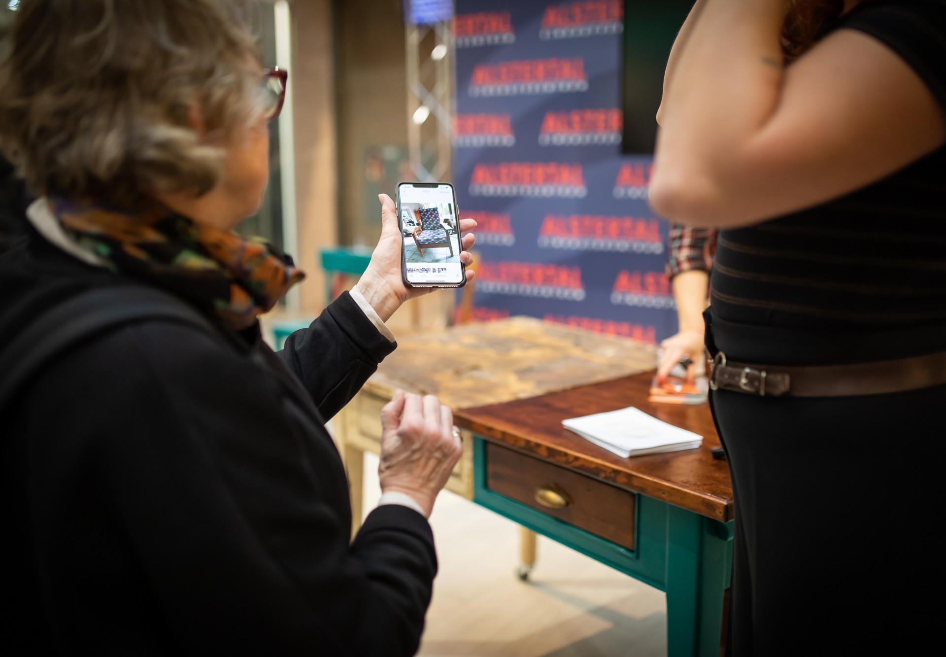 Besucher zeigen ihre Schätze per Handy.j