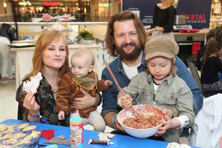Dorkas Kiefer mit Tochter Emmi Mann Sascha A. Hauck mit Sohn Sam
