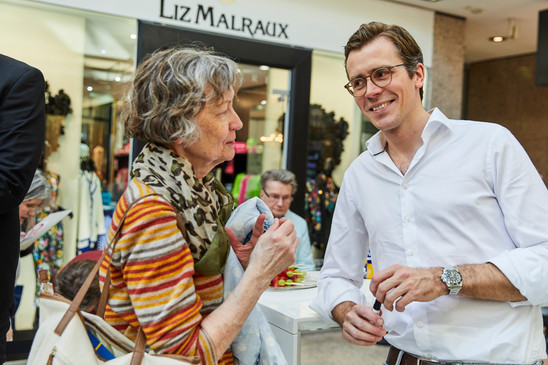 Dr. Wimmer mit AEZ Besucher.jpg