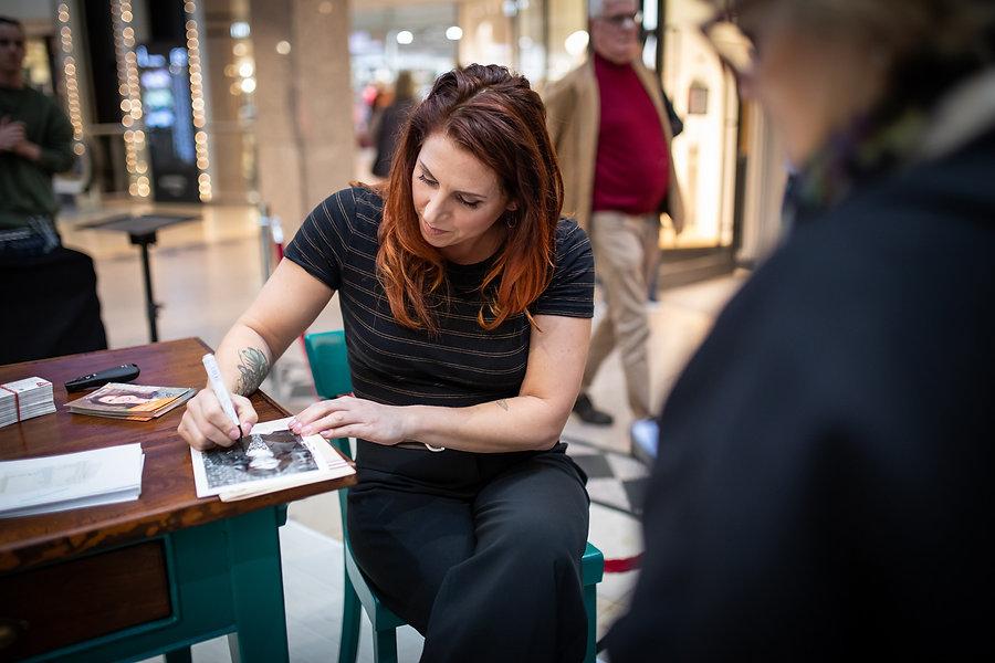 Autogrammstunde mit Esther Ollick.jpg