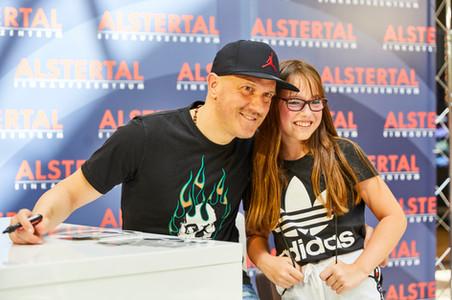 Ivan Klasnic mit Fan.jpg