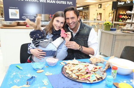 Alexander di Capri mit Ehefrau Franca Barthel und Baby Adrian