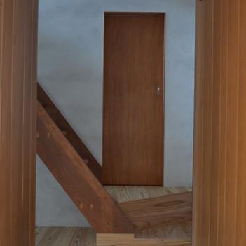 玄関より階段を見る