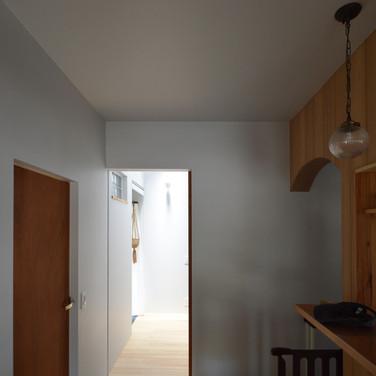光が落ちる廊下