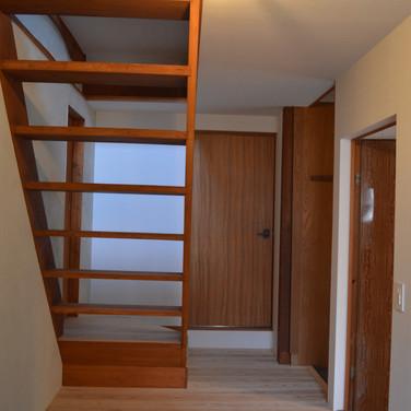 台所より階段を見る