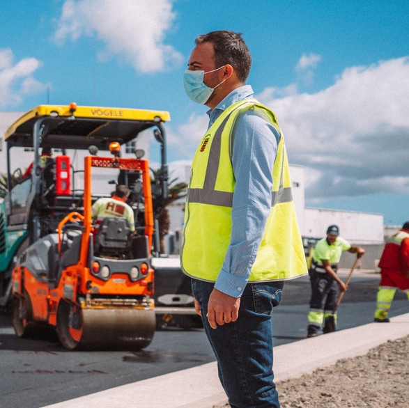 A licitación de la obra de reasfalto de la carretera LZ-10 en el tramo Tahiche-Teguise