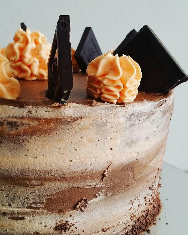 LO-VING the watercolour frosting tequnique on this chocolate orange layer cake