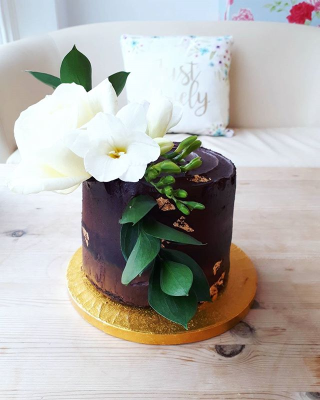 We decided to keep it simple for this decadently  chcoclately avocado layer cake with rich chocolate
