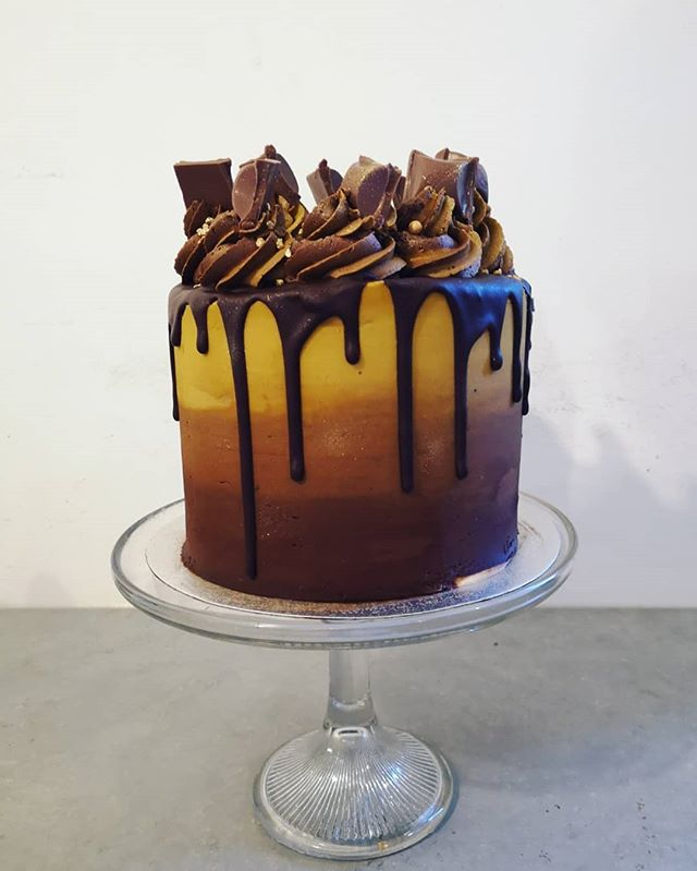 Chocolate and caramel drip cake 🍰 check