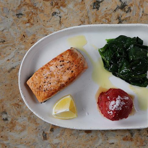 Lucky at home! Рецепт лосося на гриле с томатами, шпинатом и дзадзики от шефа Eva