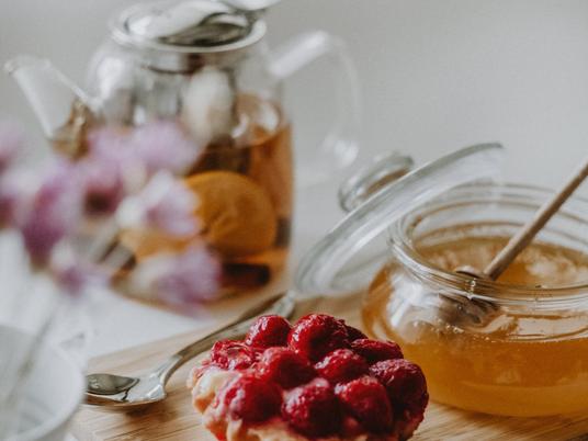 Prăjitură coșuleț cu miere și zmeură