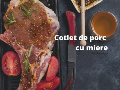 Cotlete de porc glazurate cu miere și salată de roșii