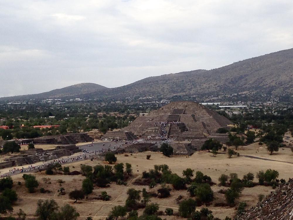 Vista de la Pirámide de la Luna desde la Pirámide del Sol