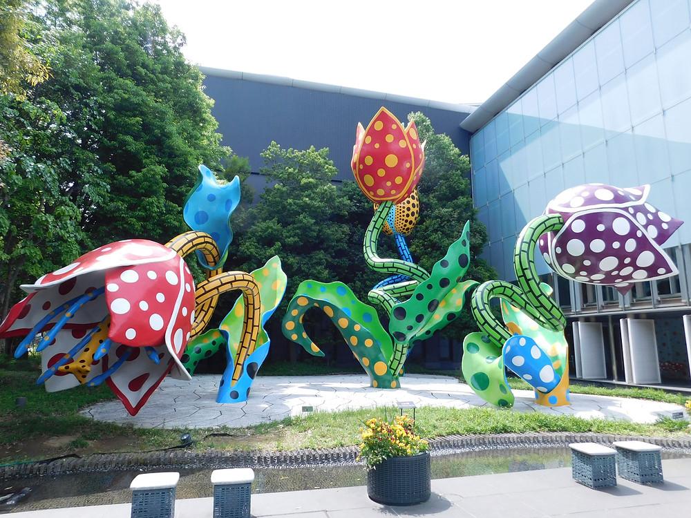 Flores de Kusama en el museo de la ciudad
