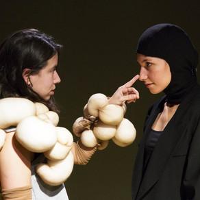 'Vale, vale, vale': atrevido juego teatral. Cintia Ballbé. EL PERIÓDICO