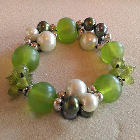 Green glass/faux pearl stretchy bracelet