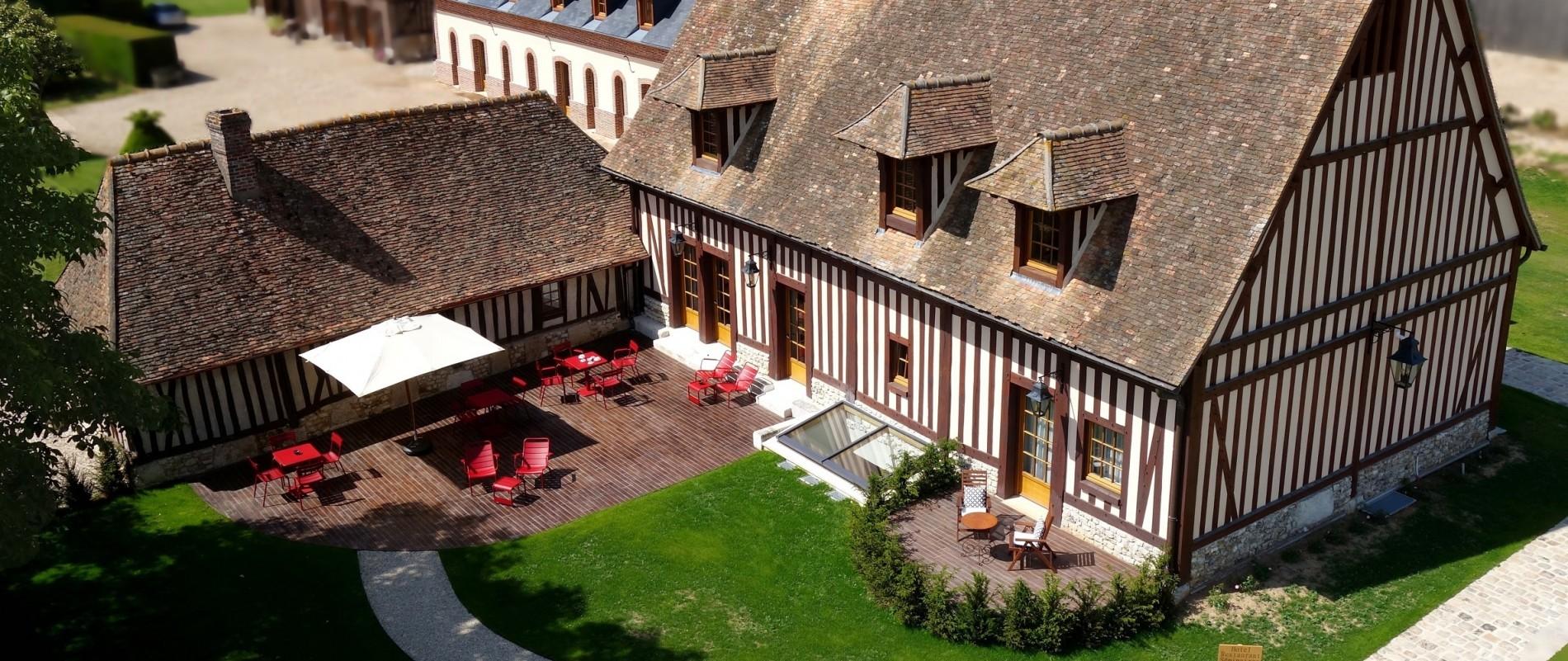 Manoir-de-Surville-terrasse-site-1900x801