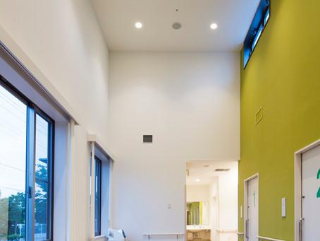 リラックスする待ち時間 :不安感をやわらげる吹抜けが心地よい、待合空間・待合室の設計。