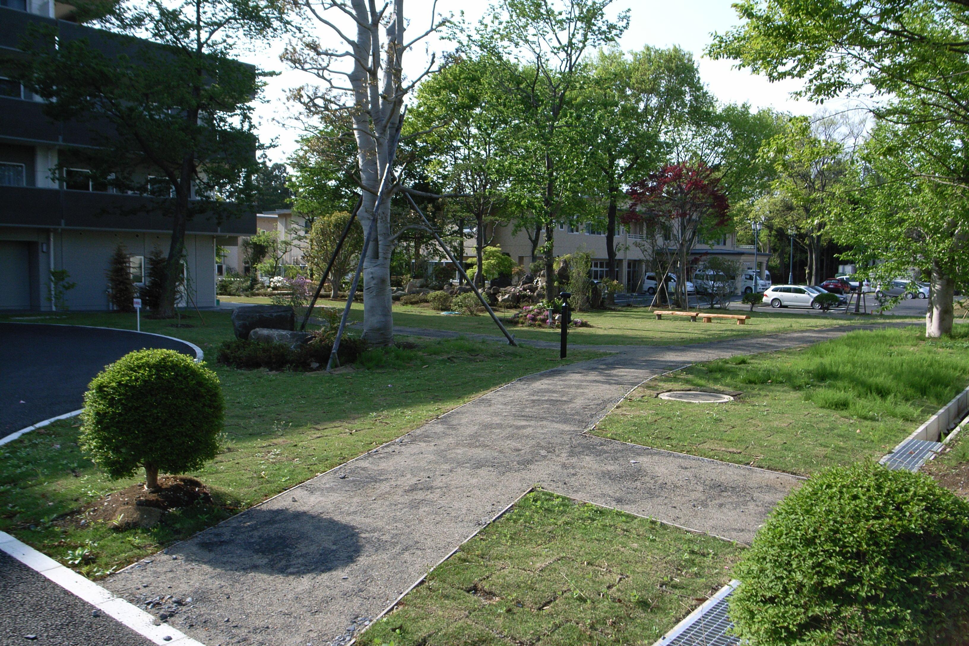 老人ホームの庭