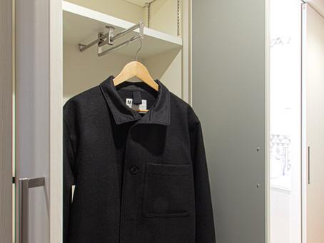 小さなコートクロークには、スライドコートハンガーがぴったり。