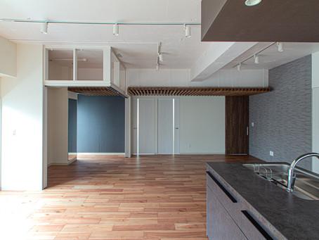 「家全体で暮らす、一体空間」と、「部屋を斜めに貫く光の道」(リノベーションマンション)