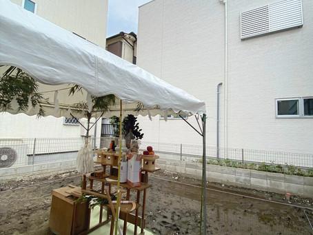 工事がはじまりますよ!地鎮祭。こんなに近い、住宅密集地の家