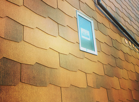 可愛らしい外壁、屋根材を壁に貼る