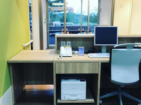 クリニック受付カウンターの裏側、家具デザインの工夫