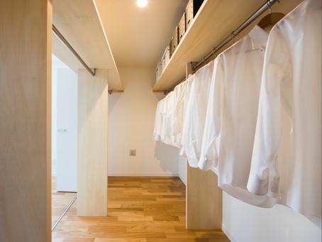 洗濯物を簡単にたたんで収納する。家族みんなの服を1カ所に集めてしまう、ファミリークローゼット。