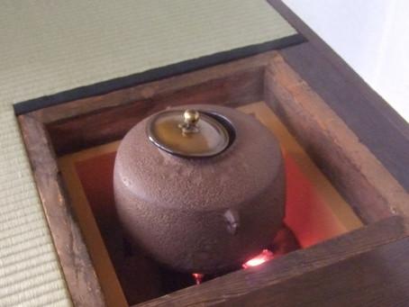 釜・炉縁・釜蓋:茶道のお手前、釜蓋の開け方にもコツがある
