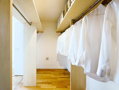 家族みんなで使う「ファミリークローゼット」―寝室と廊下、両方から使う収納―