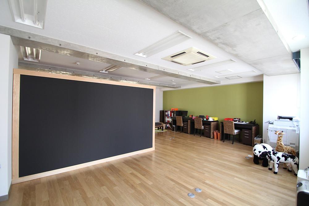 黒板・プレイルーム・子育てママの木のオフィス