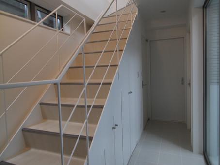 階段下スペースを収納+αでフル活用!上手く使った素敵なアイデア