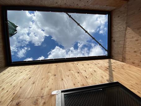 ルーフバルコニーから、空を見上げる。切り取られた空は美しいよ!