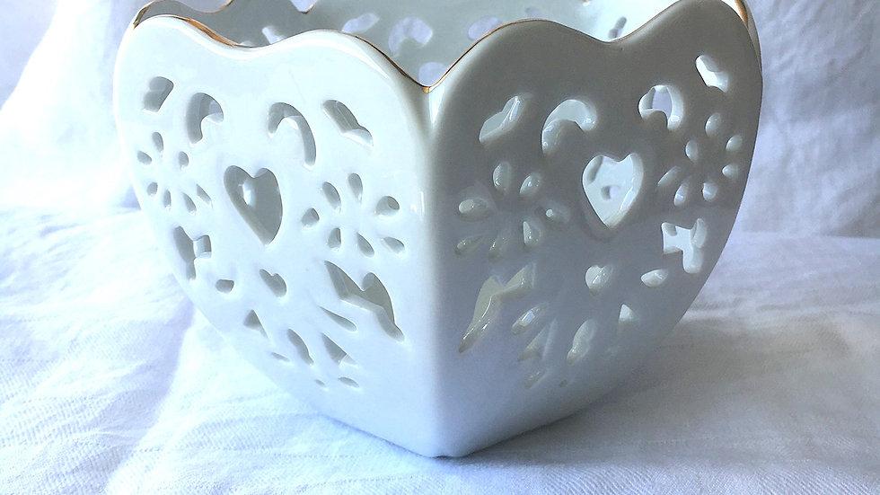 Coupe ajourée en porcelaine blanche