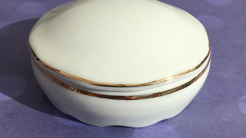 Boite ronde en porcelaine blanche - feston or