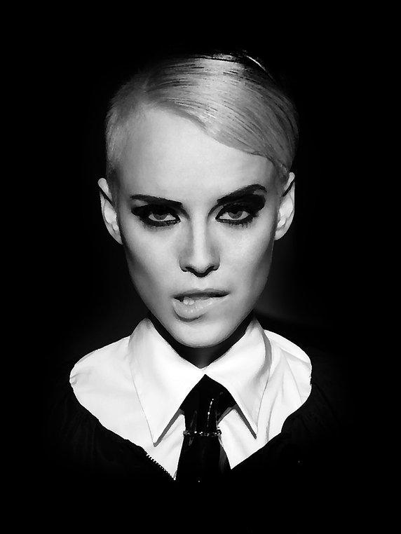 Modelka z fryzurą i kolorem