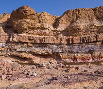 Layers_of_sedimentary_rock_in_Makhtesh_R