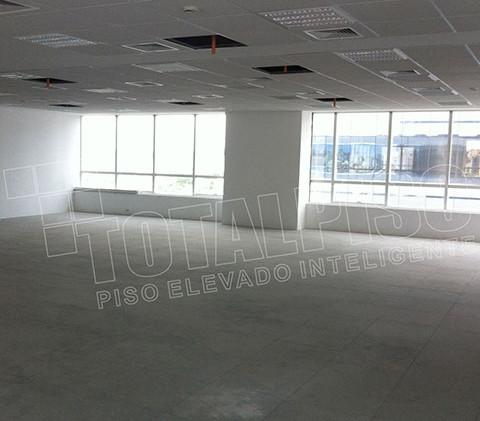 piso elevado instalado area interna.jpg