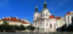 Free Tour Praga Iglesia de San Nicolás - Unity Tours Praga. La monumental construcción barroca, levantada entre los años 1732 -1737 según el diseño de K. I. Dientzenhofer, fue reconstruida posteriormente por el lado que limita con la Calle de París (Pařížská třída). El interior, con sus interesantes efectos luminosos, está dominado por la araña de cristal, con adornos que se deben a los talleres Harrachovský. Fue un regalo para la Iglesia ortodoxa debido al zar ruso. Actualmente, el templo, administrado por la Iglesia husita checoeslovaca, se aprovecha como sala de conciertos.