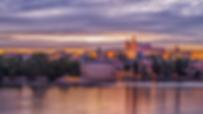 Tour Castillo de Praga - UNITY Tours Praga. El castillo de Praga es el más grande del mundo y fue fundado alrededor del año 880 por el príncipe Bořivoj del linaje de los Premislidas.  A partir del siglo X, no fue solamente la sede del jefe de Estado, del príncipe y más tarde del rey, sino también del representante mayor de la Iglesia, el Obispo de Praga. También el primer monasterio en Bohemia fue fundado en el Castillo de Praga, junto a la iglesia de San Jorge, para la orden de las benedictinas. la iglesia de Virgen María. La catedral de San Vito. sede del gobernante del Sacro Imperio Romano Germánico, Callejón el Oro, Además en este tour visitarás el Puente de Carlos IV, La estatua de Sa Juan de Nepomuceno, El muro de John Lennon, La iglesia del niño Jesús de Praga, la isla de Kampa, defenestración, los jardines del castillo, el mirador de praga.