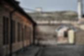 Terezín campo de concentración - UNITY Tours Praga. Terezín fue fundada en el siglo XVIII por los Habsburgo. El recinto está compuesto por la ciudad amurallada de Terezin, y una pequeña fortaleza a escasos metros de la ciudad, de construcción similar, que sirvió de cuartel militar y cárcel, durante la Segunda Guerra Mundial por parte de la Gestapo. Ambos estaban conectados por túneles subterráneos. A menudo se confunde la cárcel con el propio campo. Durante la Segunda Guerra Mundial la ciudad amurallada fue usada como ghetto judío y posteriormente sirvió para el ejército nazi como campo de concentración. La ciudad nunca tuvo la función de campo de exterminio, pero sirvió de prisión temporal para muchos que sí fueron enviados a otros campos para ser ejecutados. Más de 150.000 judíos fueron trasladados al ghetto, de los que murieron aproximadamente 33.000 en Terezín y otros 88.000 fueron deportados a campos de exterminio. Historia del mundo, holocausto, segunda guerra mundial y mucho más