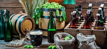 """Tour de la Cerveza - UNITY Tours Praga. La historia de la elaboración de cerveza en Republica Checa empieza en 993 en el monasterio de Břevnov. En esa época, solo monasterios tenían derecho elaborar cerveza. Cerveza es una parte importante de la cultura Checa y durante los primeros años se llamaba pivo o """"cerveza blanca"""" LA CERVEZA RUBIA PILSNER Al medio del siglo 19 fue reintroducida la técnica de fermentación por abajo. Cerveceros alemanes importaron esta técnica gracias a grandes progresos en transporte y negocio. Con la aparición de comunismo en 1948, muchas cervecerías tenían que cerrar, reduciendo el número de productores. Los supervivientes producían dos tipos de cerveza rubia: pálida y oscura. Durante 40 años, tenían que producir este tipo de cerveza. Una de las ventajas de este periodo fue la incapacidad de renovar las cervecerías, resultando en la preservación de las técnicas que estaban desapareciendo en otras partes de Europa."""
