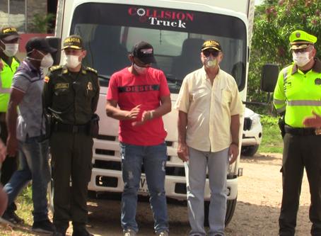 Comunidad de Arroyo Grande entrega compensación a conductor de camión saqueado