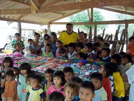 Desde hace 15 años, Alex Lewis lleva a los niños wayuu un cargamento de regalos y felicidad