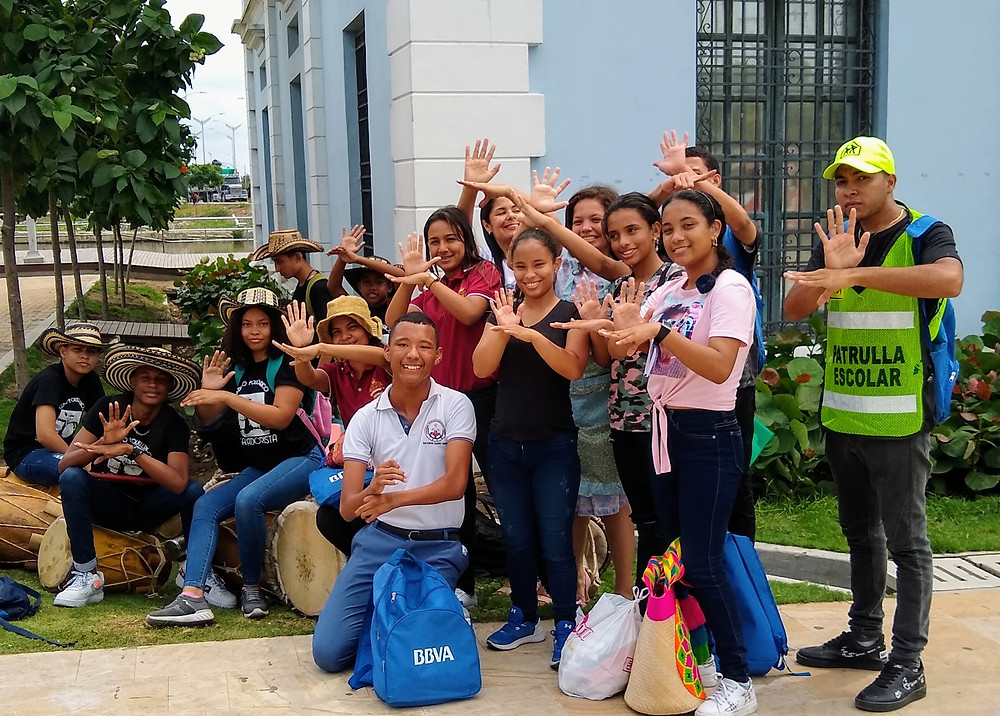 Grupo de personas sordas posando para la fotografía, en el marco del Festival de Humor para Sordos en Barranquilla. Ubicados en la Antigua Intendencia Fluvial